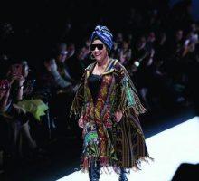 Luwesnya Menteri Susi di Catwalk JFW 2019, Tampil Bak Model dengan Kacamata Hitam dan Boots